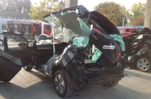 Saksassa Heitersheimin Rescue days -tapahtumassa päästiin raivaamaan tuoreita autoja. Mikko Saastamoisen pelastusryhmä on tehnyt kuvassa olevan raivauksen myös todellisella tehtävällä. Aikaa siihen kului 10-15 minuuttia. (Kuva Mikko Saastamoinen)